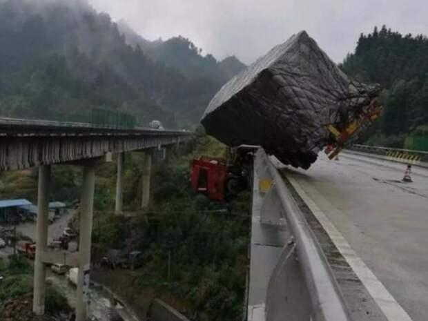 1. В Хунане (Китай) грузовой автомобиль занесло на скользкой дороге, он чудом не упал в 30-метровую пропасть ангел-хранитель, везунчики, выжили, на волосок от смерти, счастливчики, фото