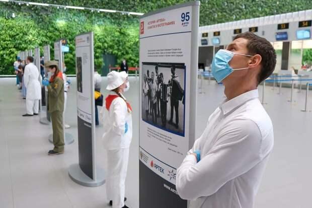 В аэропорту «Симферополь» открыли фотовыставку в честь 95-летия «Артека»