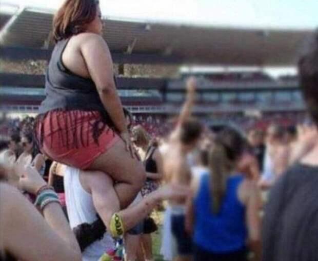 1. Когда идешь на концерт с девушкой, нужно рассчитывать свои силы девушки, девушки на плечах, наездницы, прикол, фото
