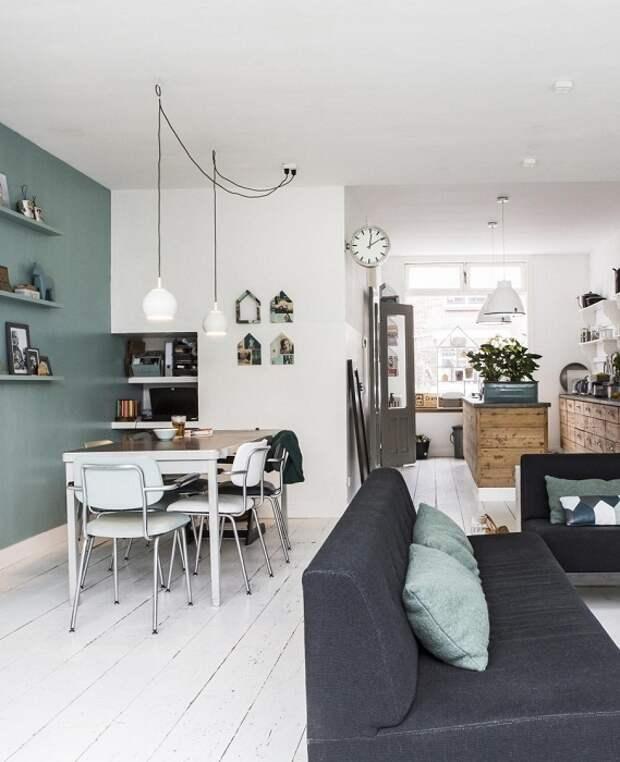 Интересный пример декорирования квартиры при помощи удачного сочетания и объединения гостиной и столовой.