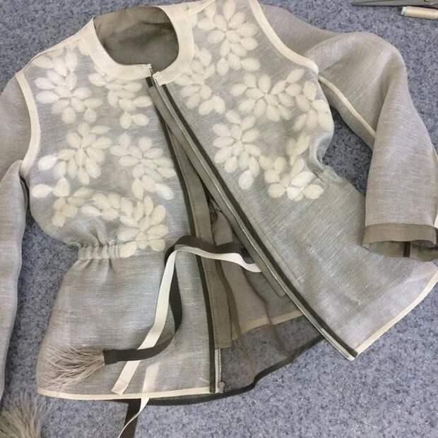 Летняя куртка с перышками и вышивкой