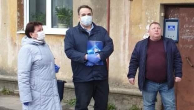 Депутаты Подольска проверили дезинфекцию подъездов в микрорайоне Шепчинки