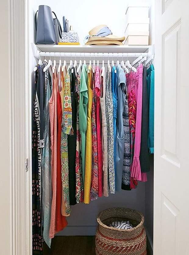 Кондо советует вешать одежду так, чтобы линия подолов поднималась вверх слева направо.