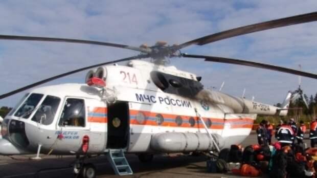 Вертолет МЧС сбросил 300 тонн воды на горящий лес под Тюменью