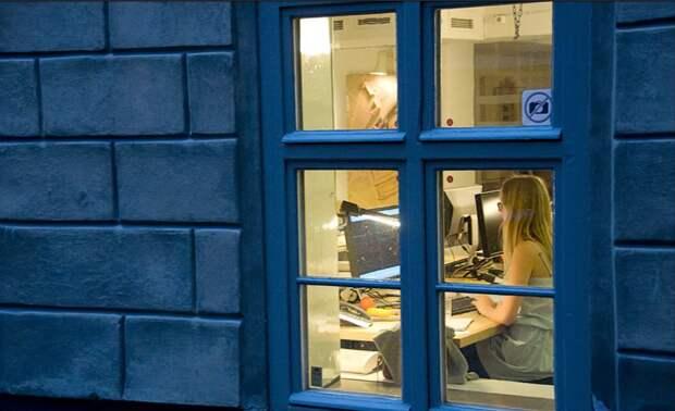 Почему в Швеции почти на всех окнах со стороны улицы висят зеркала и запрещены шторы.