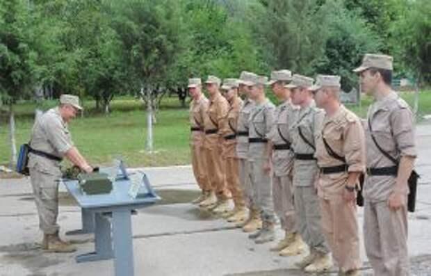 На фото: занятия офицеров базы. В случае чего подразделения 201-й российской военной базы, расквартированной в Таджикистане, готовы быстро замирить обе воюющие стороны