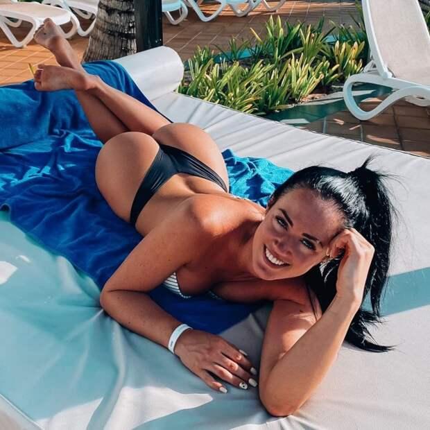 Красивые  девушки в пляжных бикини