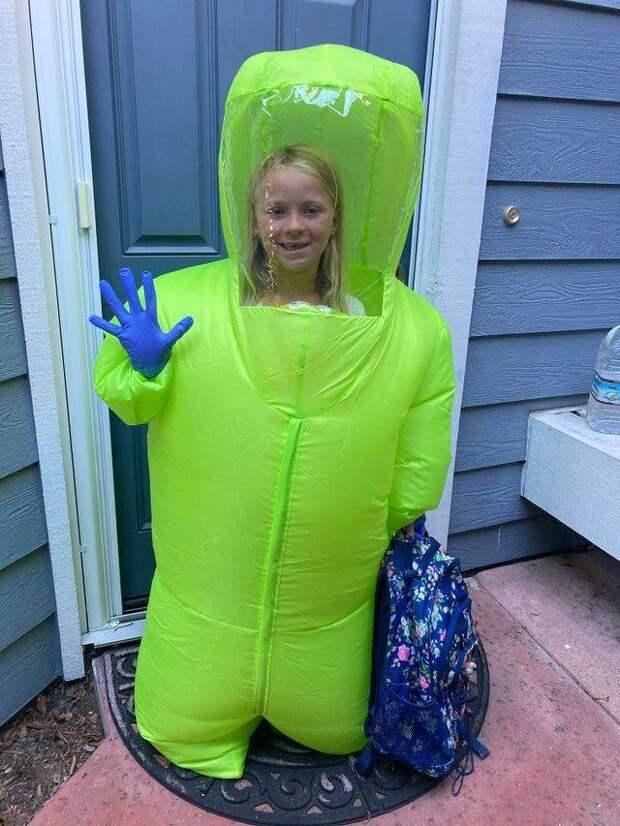 Ребенок в защитном костюме