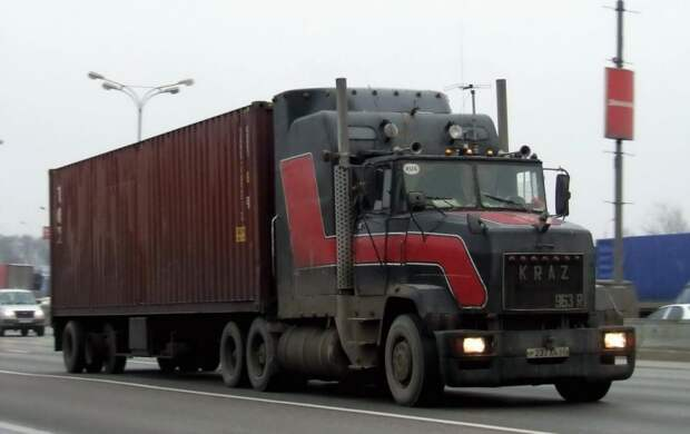 Самый, пожалуй, известный российский переделанный КрАЗ – это уникальный 963R, созданный (иного слова не подберешь) Робертом Ервандяном из Пскова. 90-е, грузовик, дальнобойщики, тюнинг