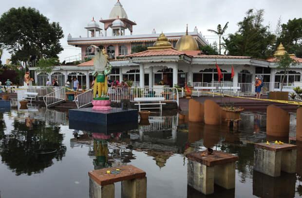 Индуистские храмы на берегу священного озера Ганга Талао