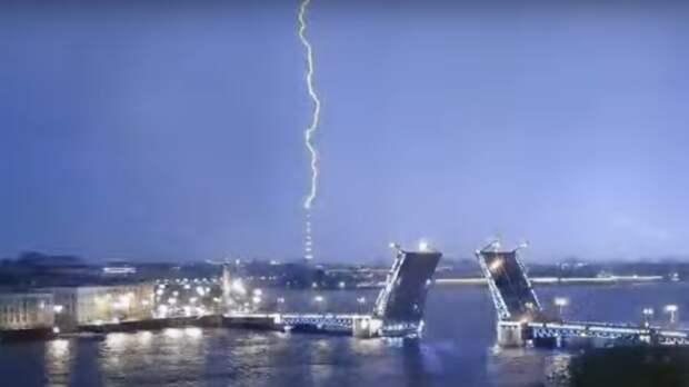 Молния ударила в телебашню во время ночной грозы в Санкт-Петербурге