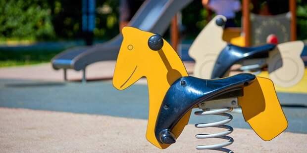 На детской площадке на Хорошевском шоссе установили качели — «Жилищник»