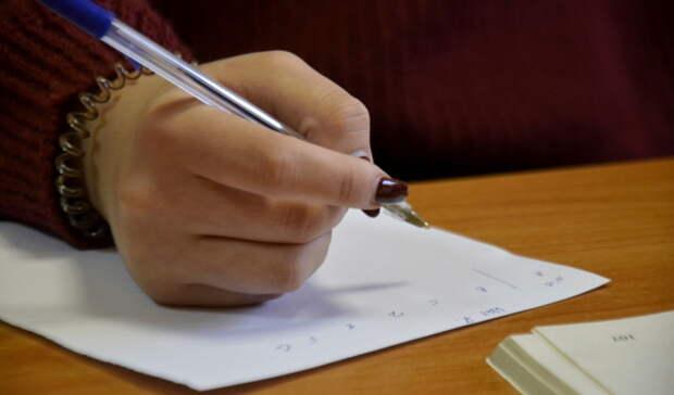 Родители оренбургских школьников испытают себя на ЕГЭ