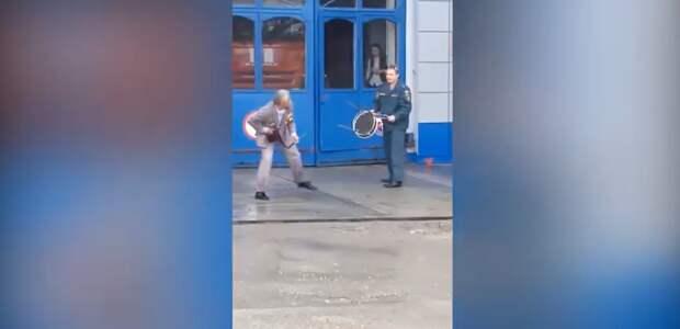 Сотрудники МЧС Севастополя отбились табуреткой от пенсионера с ножом