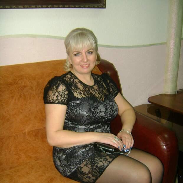 Женщина средних лет в гипюровом платье. /Фото: i04.fotocdn.net