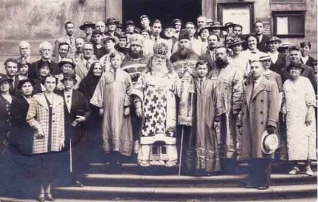 Пражский приход Русской православной церкви. 1933 год. Дамы почти все либо в шляпках, либо без головного убора вовсе