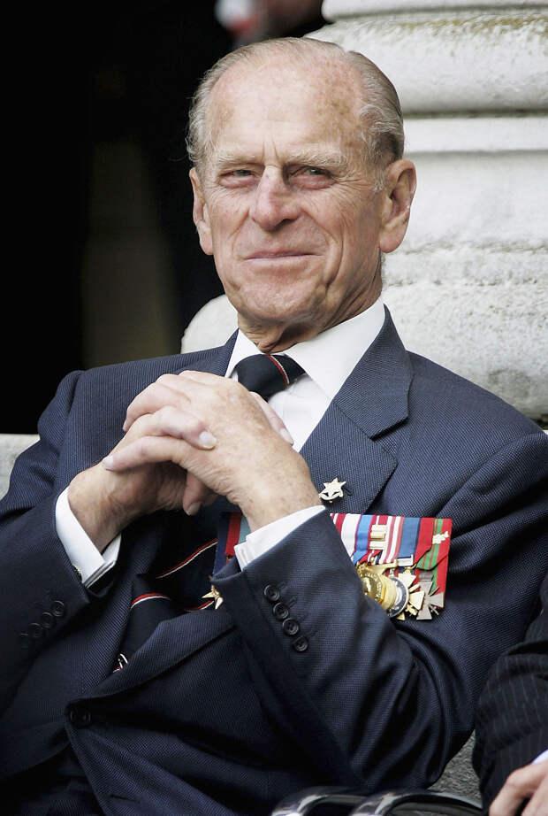 Принц Филипп улыбается