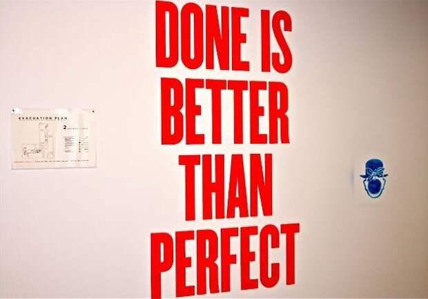 Мотивирующий слоган на стене в офисе Facebook