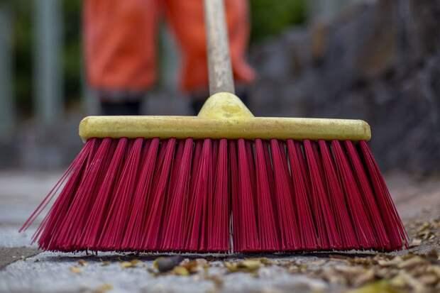 Коммунальщики очистили от мусора территорию у пруда в Куркине