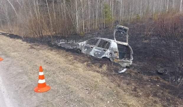 Около Тюмени легковушка въехала в автобус, загорелась и спалила десятки деревьев