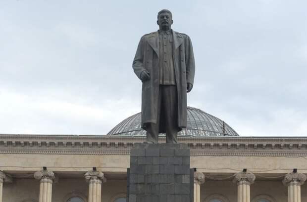 Грузины потребовали восстановить памятник Сталину