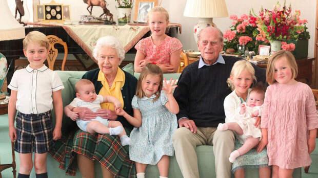 Королевская семья поделилась неизвестной фотографией принца Филиппа с правнуками