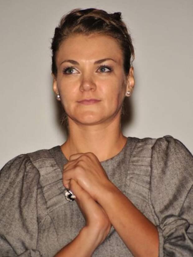 """Как менялась звезда комедийного телесериала """"Бородач. Понять и простить"""" Анна Уколова с течением времени."""