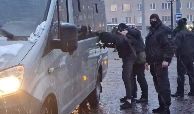 Сотрудники ОМОН продолжают задерживать участников незаконной акции вПетрозаводске