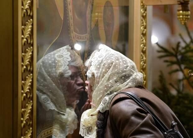 В РПЦ прокомментировали призыв ВОЗ не целовать иконы