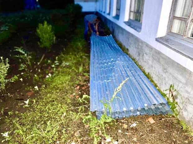 Из-за урагана в Можге снесло 2 дерева и улетел профнастил у школы