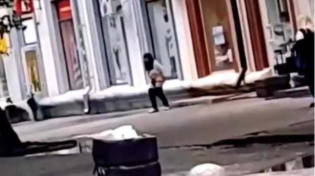 Городская сумасшедшая пристает кжителям Ростова ираздевается догола наулице