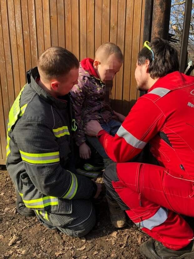 Спасатели Московского авиацентра вытащили застрявшего ребёнка