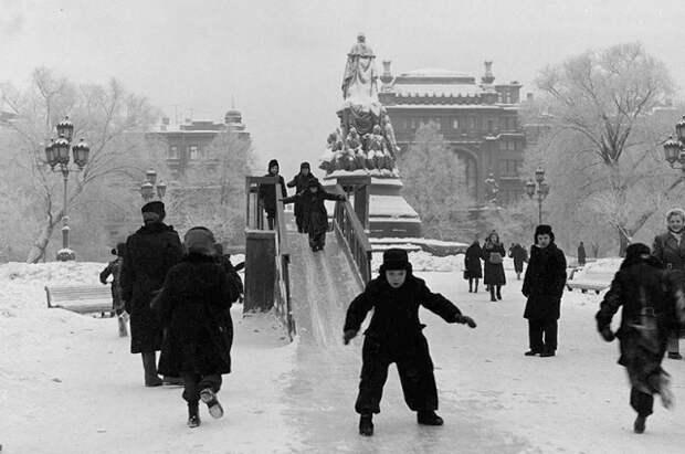 Развлечениям холод не мешал. У памятника Екатерине, 1955. <br>