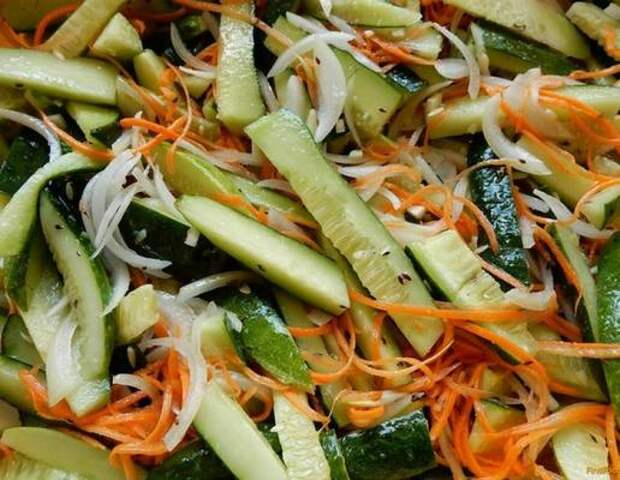 Универсальная корейская закуска подходит ко всему. Соединяем свежие огурцы и морковь