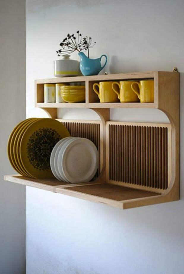 Деревянная полка для посуды.