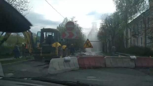 В Пушкине посреди проезжей части забил фонтан холодной воды — видео