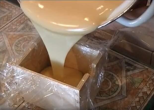 Деревянный ящик проложите пищевой плёнкой. лечебное мыло, мыло, мыло из гусиного жира, мыло натуральное, мыло с чабрецом, своими руками, супер мыло