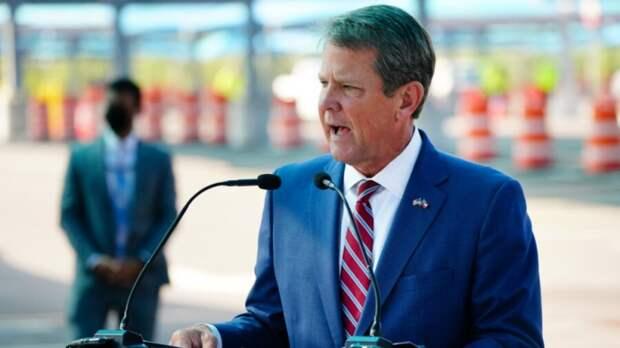 Губернатор Джорджии Брайан Кемп выступает на пресс-конференции