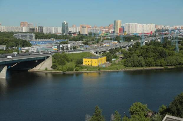 Спасатели вытащили из воды прыгнувшего с Ленинградского моста мужчину