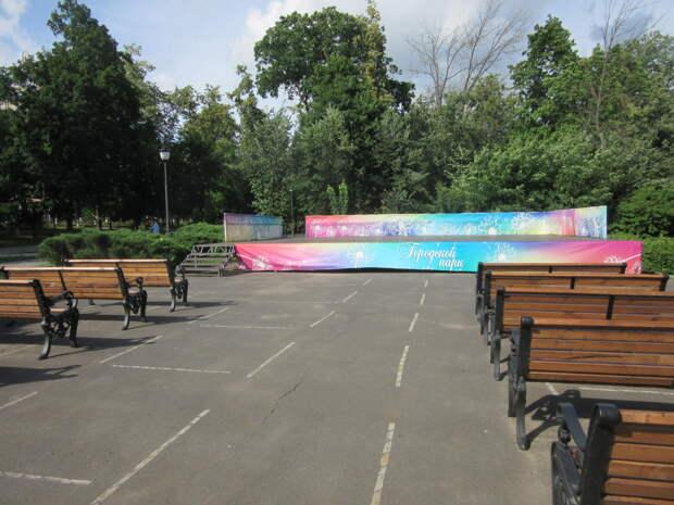Эстрадная площадка, где по вечерам выступают народные коллективы и юные дарования