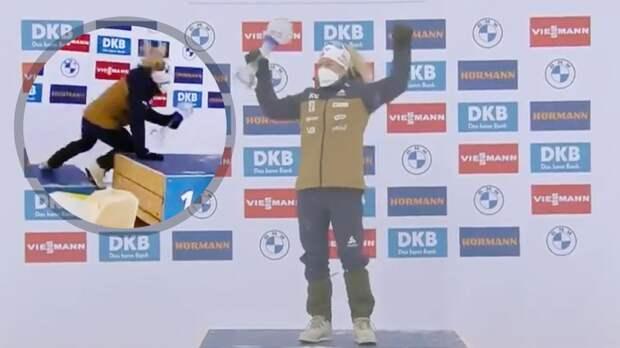 Норвежская биатлонистка Экхофф чуть не упала на пьедестале с Малым хрустальным глобусом в руках: видео
