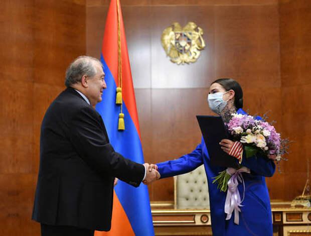 Президент Армении наградил армянскую певицу поднявшуюся на Эверест и Арарат