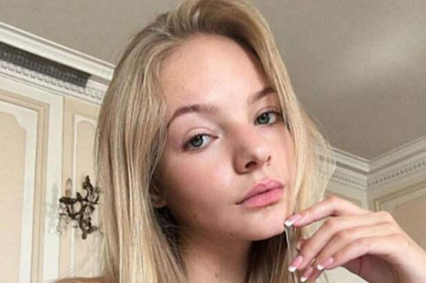 Лиза Пескова заявила, что в прошлом отцу приходилось краснеть из-за ее облика и манер