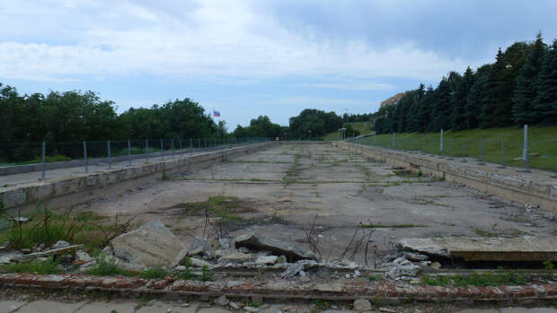 """Бассейн около панорамы """"Сталинградская битва!"""""""