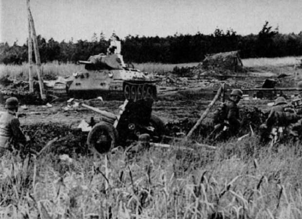 Немецкие солдаты на захваченных советских позициях.