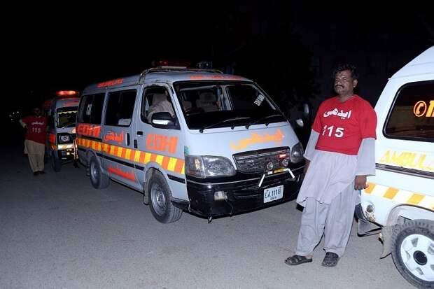 В Пакистане фургон с людьми упал в канал, погибли  11 человек