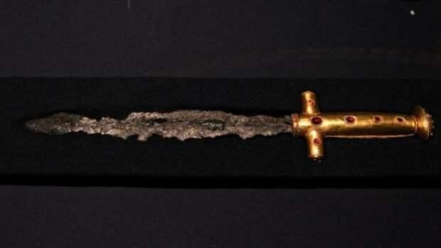 Может быть этот меч и есть тот самый меч марса. А может быть меч из метеоритного железа, что откопали в Венгрии. Надеемся , что ни тот, ни другой - хватит с нас непобедимых завоевателей мира, обладающих волшебными артефактами.