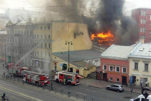 Крупный пожар произошёл в старом доме в центре Петербурга