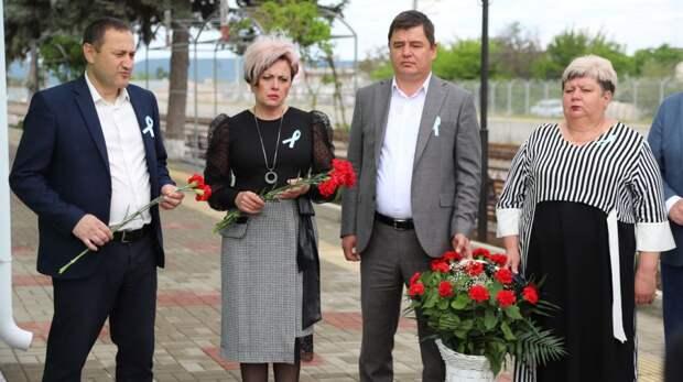 В День памяти жертв депортации народов Крыма состоялось возложение цветов у памятной доски в районе железнодорожного вокзала г.Бахчисарай