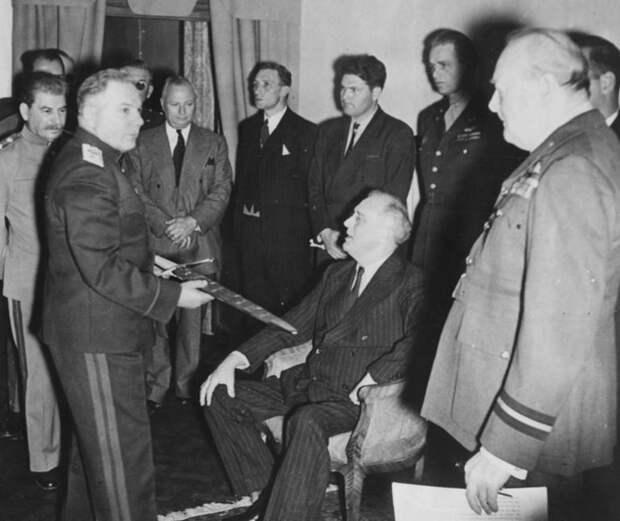 Премьер-министр Великобритании Уинстон Черчилль вручает советским руководителям наградной меч, выкованный по специальному указу короля Великобритании Георга VI в знак восхищения британского народа мужеством, проявленным советскими защитниками Сталинграда